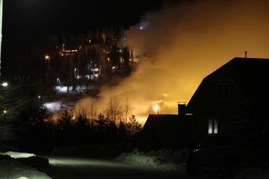 Hiihtokeskus Ukkohalla: Склон ночью