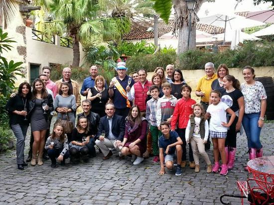 La Matanza de Acentejo, إسبانيا: Celebración del cumpleaños de un amigo en el patio de la casona tipica canaria
