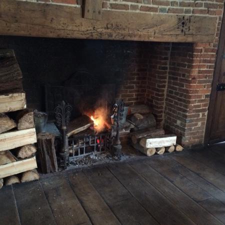 Ticehurst, UK: Cosy open fire..