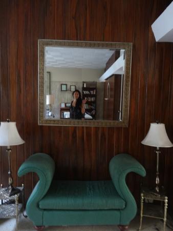 San Jose Metro, Kosta Rika: Vista al entrar. Al lado de la escalera y la sala y comedor. Bellos muebles por todos lados.