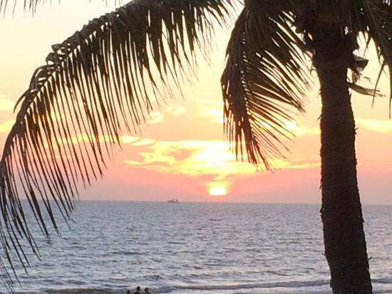 Fresh Catch Bistro: Gulf sunset from dinner table