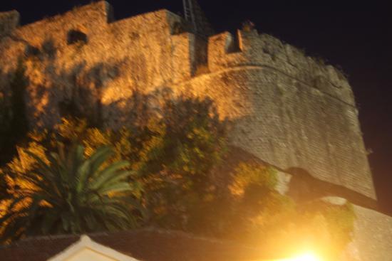 Herceg-Novi Municipality, Montenegro: Мимо этой башни не пройти, если идешь по набережной. Прекрасный вид на нее открывается с моря. М