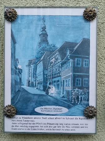 Bad Windsheim, Alemania: Next door was the background of Rapunzel story. It is written on the wall with a picture