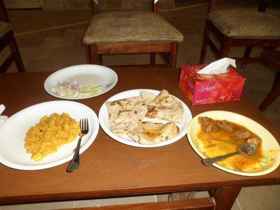 Ranipur, Pakistán: 考古学局バンガローの食事