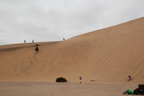 Walvis Bay, Namibië: Intrepid climbers of Dune 7
