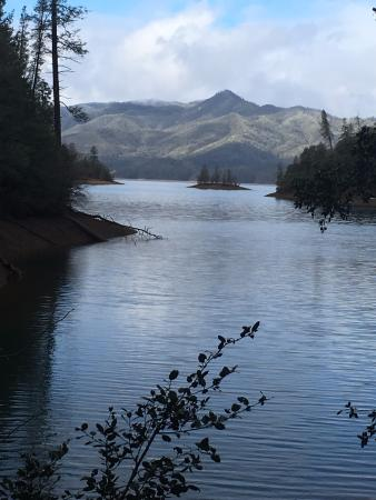 Whiskeytown, Kalifornien: A view of Wiskeytown Lake from Davis Gulch Trail