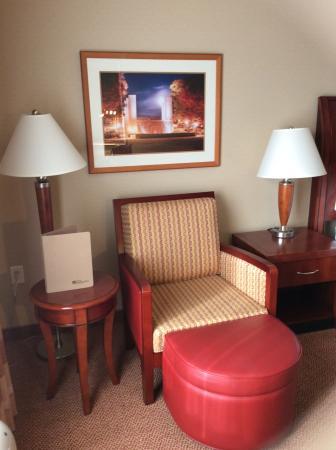 Blacksburg, VA: Nice chair and photo on wall