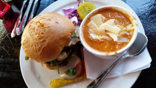 Paducah, Кентукки: Vegetable sandwich and tomato soup