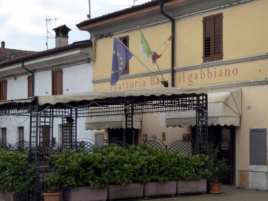 Trattoria il Gabbiano: L'ingresso e lo spazio all'aperto nella piazza principale del paese