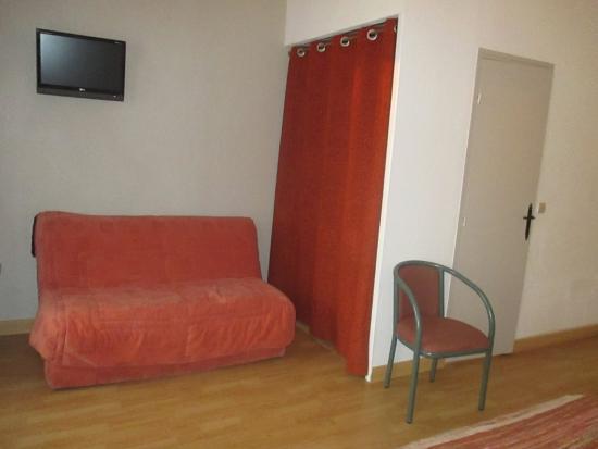Petit coin salon de cette vaste chambre tv ecran plat picture of hotel sain - Discount television ecran plat ...