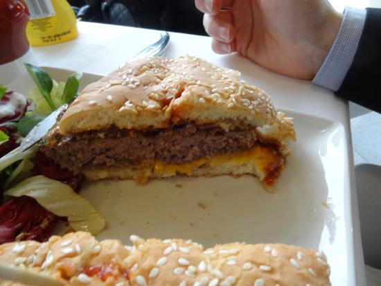 Cavaglia, Italia: cheeseburger gigante