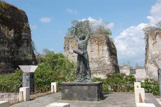 Garuda Wisnu Kencana Cultural Park: Outside Plaza in the GWK Grounds
