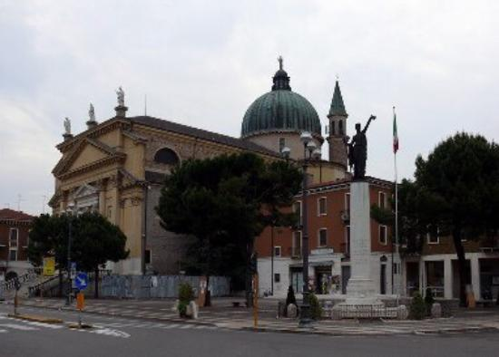 Villafranca di Verona, Italie : Chiesa dei Santi Pietro e Paolo