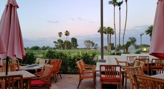 Red's Bar & Grill : Patio overlooking the golf course