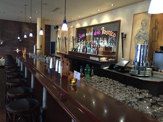 Цуг, Швейцария: Han - Die Bar gibt dem Besucher das Gefühl, dass hier abends etwas los ist.