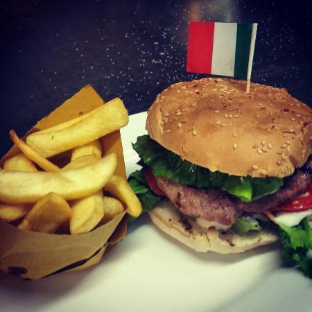 Фиглине-Вальдарно, Италия: Non solo pizza e prima ma anche hamburger!! Hamburger di tonno pinne gialle con varie salse!