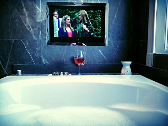 West Kilbride, UK: Signature suite bath & TV