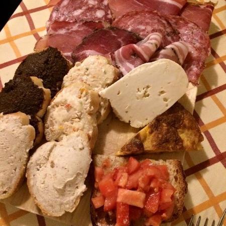 Castelnuovo Berardenga, Italien: Antipasto misto (crostini, affettati, formaggio e frittata).