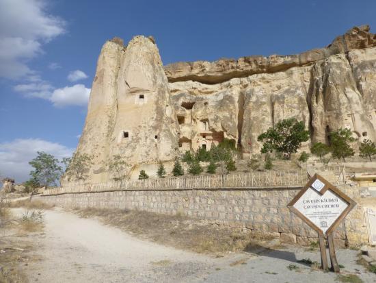 Çavuşin, Türkiye: En el camino a la iglesia…y el cartel indicador del sitio