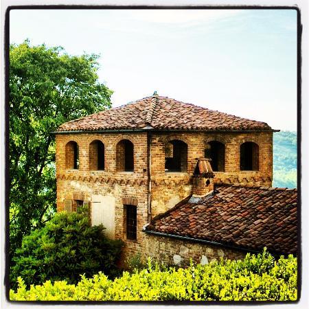 Passerano Marmorito, Italia: Passerano dal cancello del cascinale