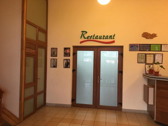 Husi, Rumania: Lobby- entrance to the restaurant