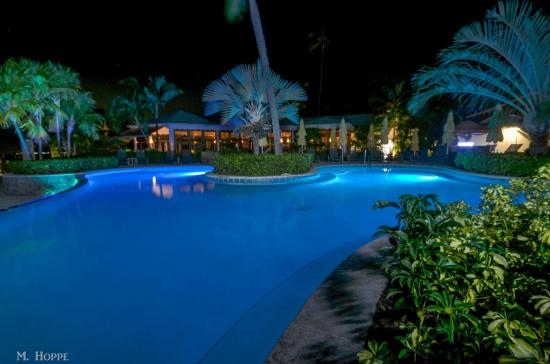 Charlestown, île de Nevis : 1 of 3 pools at night