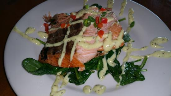 Longwood, FL: Salmon over spinach lunch special