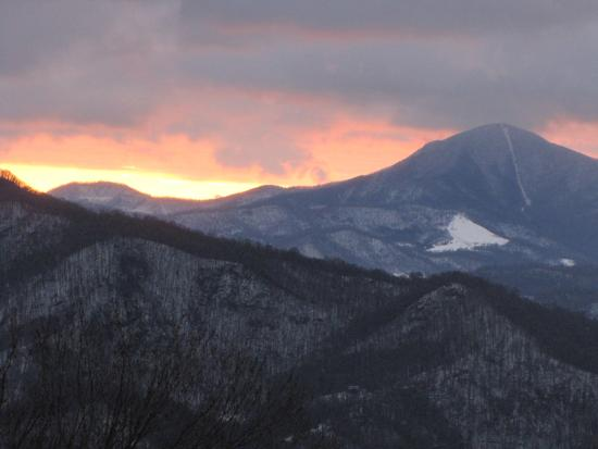 Waynesville, Carolina del Norte: Sunrise on Mt. Pisgah and the Inn