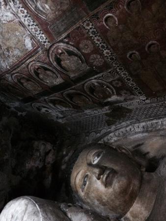 Dambulla, Sri Lanka: Роспись стен и Будда лежащий