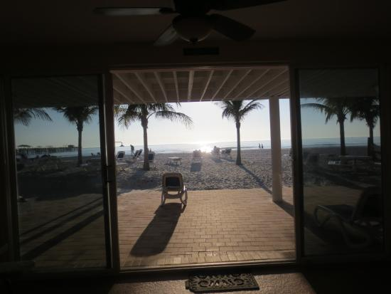 Redington Beach, FL: Looking thru the hotel as you enter the beach