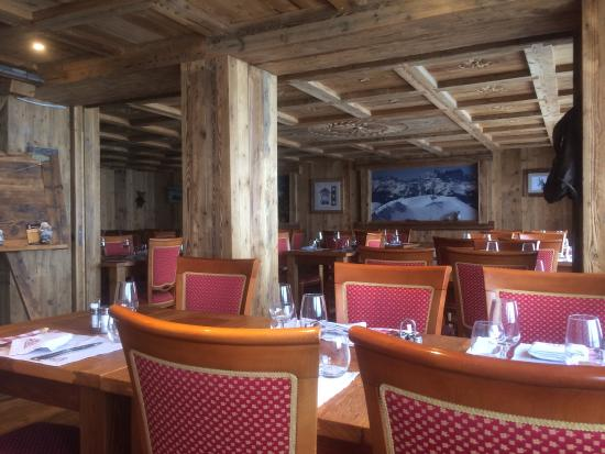 salle du restaurant tr s typique avec un habile m lange de bois et de pierre d coration tr s so. Black Bedroom Furniture Sets. Home Design Ideas