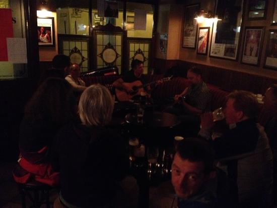 Drogheda, Irlanda: Music in the front bar