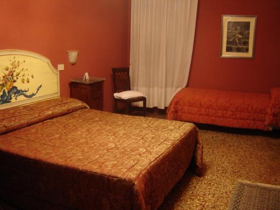 Pensione Guerrato : quarto grande e confortável