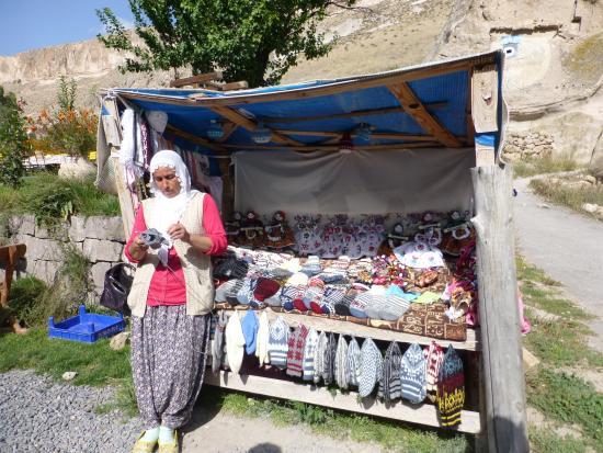 Kayseri Province, Türkei: Los infaltables puestos de artesanías. Aquí compre unas medias de lana tejidas a mano…buenísimas