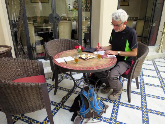 Le Riad Monceau: Just arrived. Filling out arrival papers.