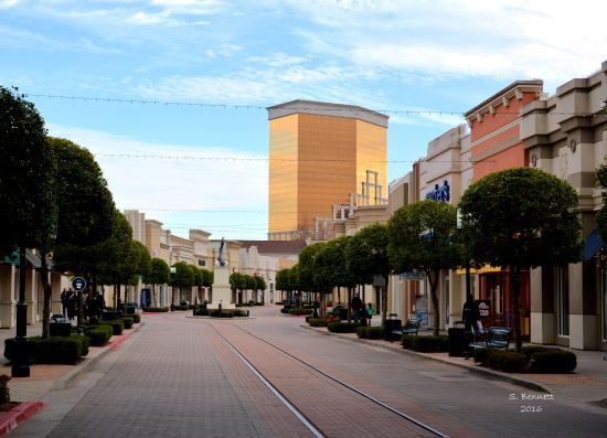 Bossier City, LA: Looking down the street at The Louisiana Boardwalk!