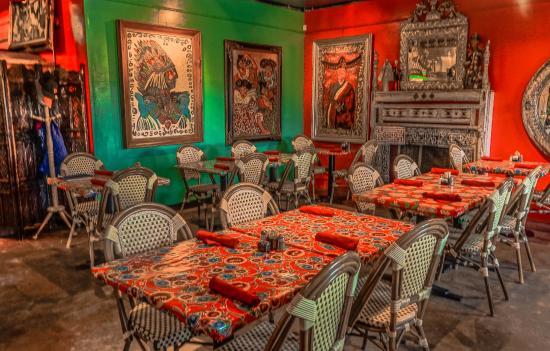 Moss Landing, Kalifornien: Part of the main dining area in the Haute Enchilada.