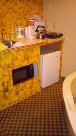 Absecon, Nueva Jersey: Kitchenette with sink, microwave, and fridge