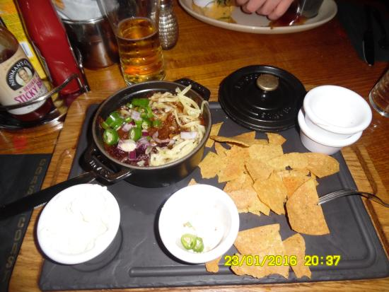 Strood, UK: These pots are tiny, the main chilli is inadequate and a random scattering of nachos!