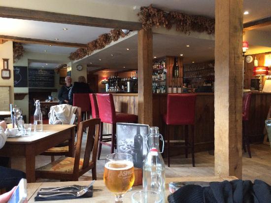 Poynings, UK: Bar and roomy table