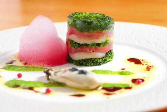 Higashiomi, اليابان: ブロッコリー・帆立・マグロのミルフィーユ仕立て 牡蠣の軽いポッシェとビーツのエキュム添え ブロッコリーとバルサミコのソース