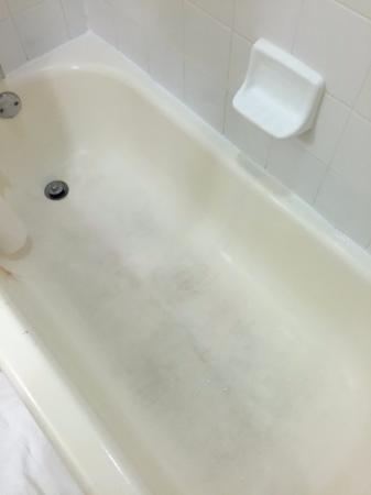 Dania Beach, فلوريدا: Dirty gross bathtub in Room 126