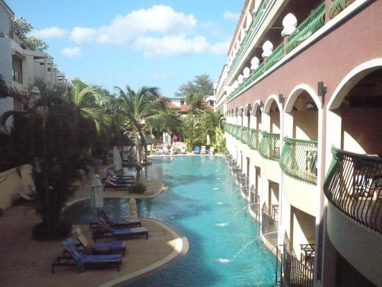 Karon Sea Sands Resort & Spa: Long, skinny pool but room enough for everyone