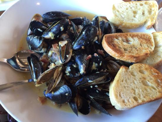 Coupeville, WA: Drunken Mussels with beer and bacon- delicious! Best place for plump juicy mussels!