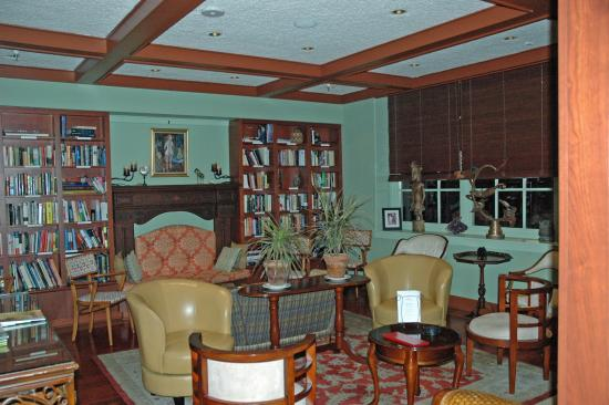 Char's at Tracy Mansion: Conversation area