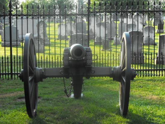 Quality Inn Gettysburg Battlefield: Cemetery practically next door