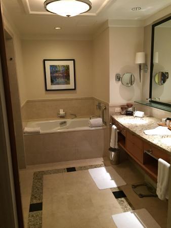 Cary, Северная Каролина: Spacious bath room
