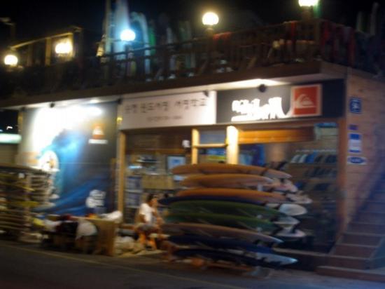 Songjung Hotel : 호텔근처 송정해수욕장의 서핑스쿨.