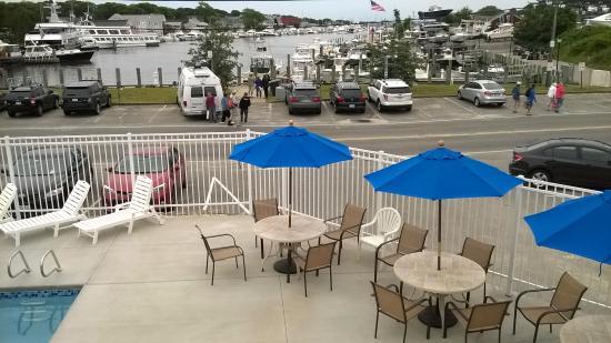 InnSeason Harborwalk Resort: Pool area and view of the Harbor