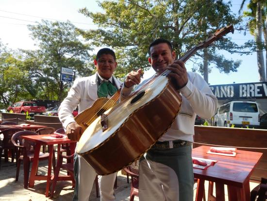 El Coconut Beach Club: Mariachi stopped by!